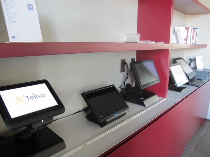 Foto Ufficio con retail POS, PC, stampanti fiscali ed etichette in esposizione. Tekio, Toshiba, Epson, HP, Motorola, Zebra