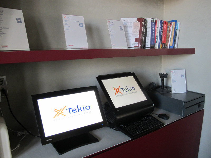 Foto Ufficio con retail POS, PC, stampanti fiscali ed etichette in esposizione. Tekio, Toshiba, Epson