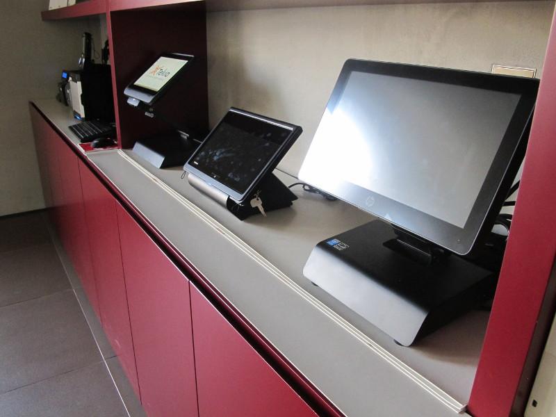 Foto Ufficio con retail POS, PC, stampanti fiscali ed etichette in esposizione. Tekio, Toshiba, Epson, HP