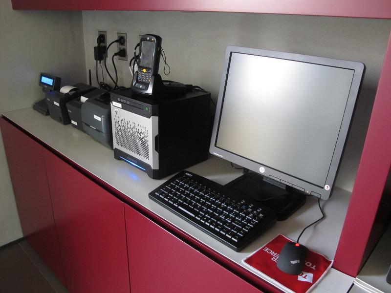 Foto Ufficio con retail POS, PC, stampanti fiscali ed etichette in esposizione. Tekio, Epson, HP, Motorola, Zebra