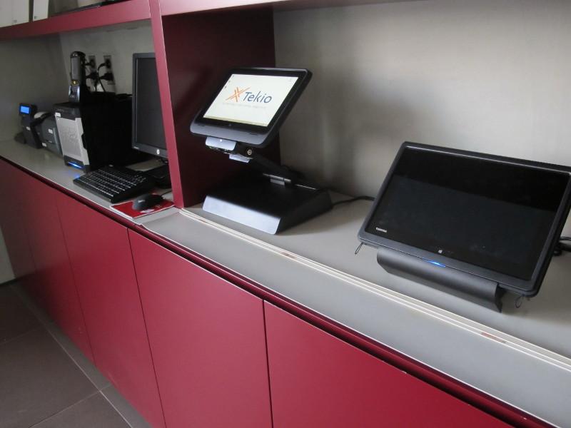Foto Ufficio con retail POS, PC, stampanti fiscali ed etichette in esposizione. Tekio, Toshiba HP